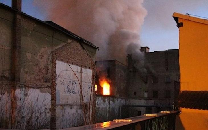 Je historická textilka Karnola po požáru na demolici? A kdo a proč ji zapálil?