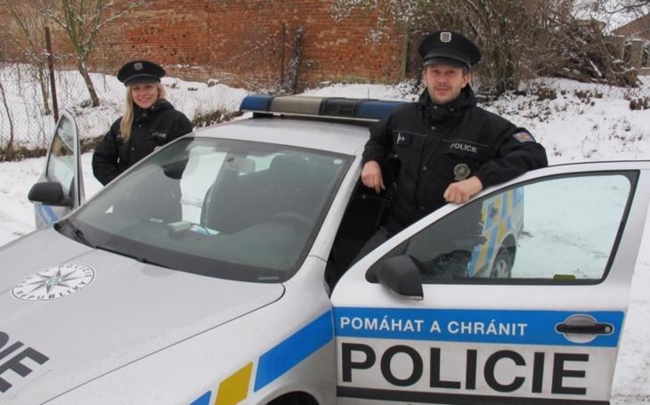 Co vše se může stát. Policisté vyrazili prověřit podezřele jedoucího řidiče; zachránili diabetikovi život