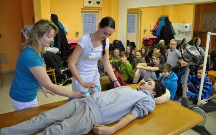 Školáci vyrobili originální rehabilitační pomůcky a v nemocnici si je sami vyzkoušeli