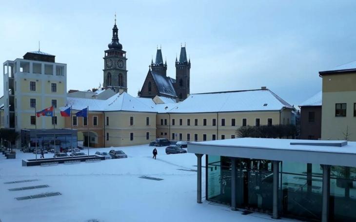 Královéhradecký kraj zasypal sníh a přinesl první komplikace; řidiči ale mají k dispozici novou internetovou aplikaci
