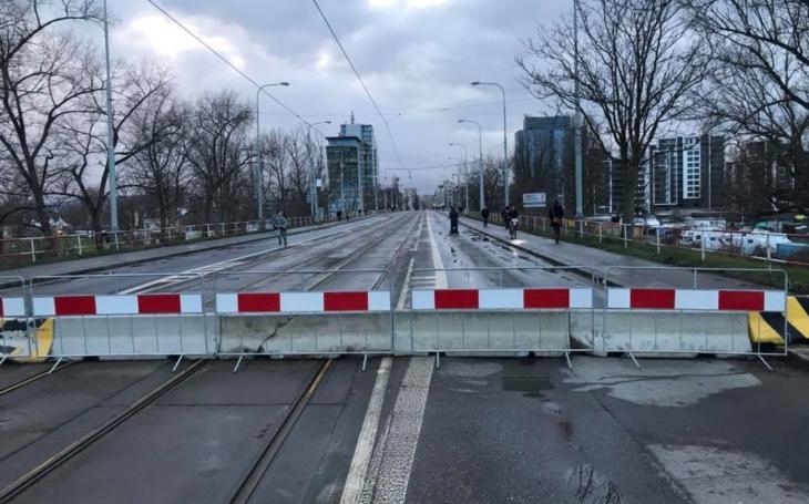 Na tom pražským mostě, problémek nám roste... který z těch 130 spadne první? Magistrát to ví už roky