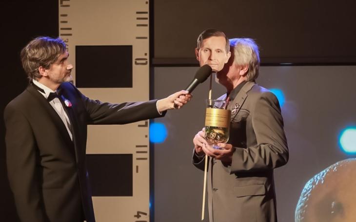 Kontroverzní televizní moderátor se dočkal ocenění. Dokonce zlatého. Porazí i Menšíka?