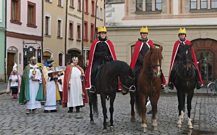 Tři králové dovedli na Perštýnské náměstí tři královny, potom začala slavnostní sbírka Charity České republiky