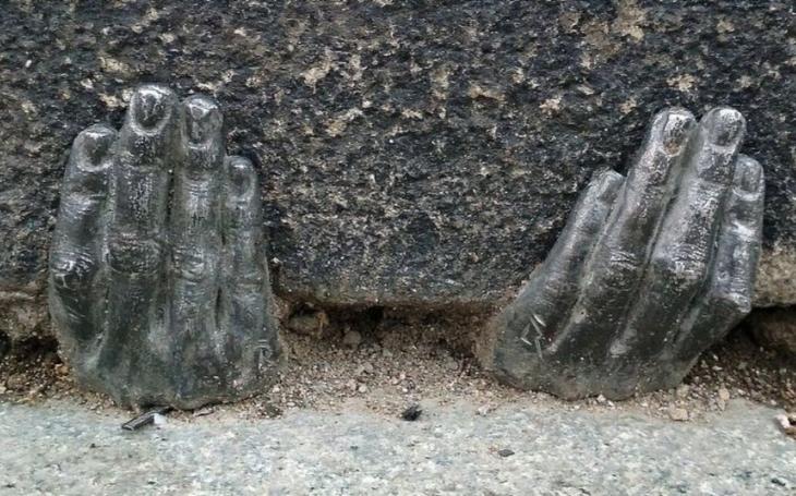 Velká plzeňská záhada odtajněna. Autor kovových rukou, vzpírajících se kameni katedrály, se přihlásil sám