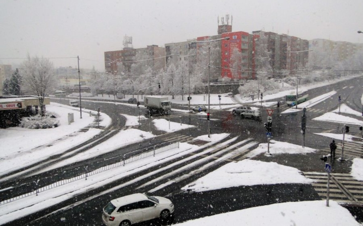 Ve Frýdku-Místku vytrvale sněží, silničáři ale zvládají. Už neplatí, že největší nepřítel socialismu je zima