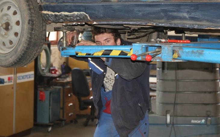 V Holicích vychovávají špičkové odborníky na opravu automobilů. Obor Automechanik skutečně táhne a slibuje zajištěnou budoucnost