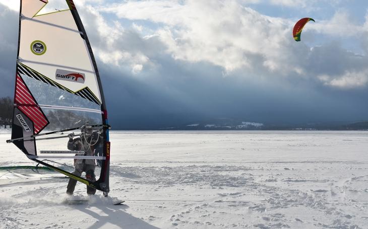 Víkend na Lipně, to bude něco. Finále jarňáků na ledu, se soutěžemi, snowkitingem a rachejtlemi