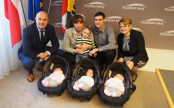 V Plzni si rodin umí vážit. Rodiče čerstvě narozených trojčat dostali veřejné poděkování a třicet tisíc korun jako dar