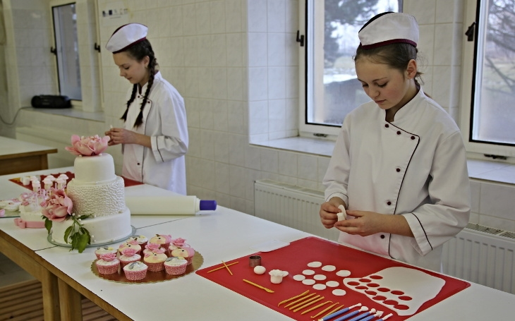 Sedm metráků vánočního cukroví? Dort pro prezidenta? Škola prodá výrobky za víc než milion korun ročně. To je obor cukrář v Chrudimi