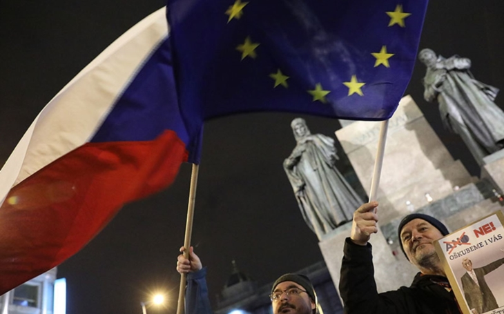 Protesty proti Zemanovi a Babišovi byly absurdní, podpora ČT mimo. Komentář Štěpána Chába