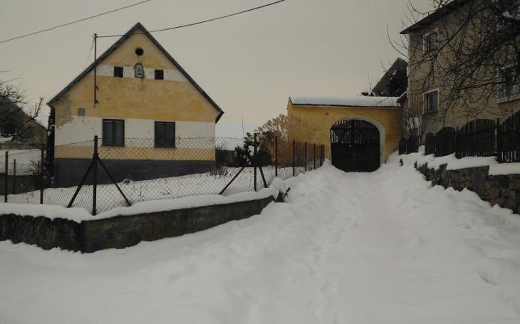 Vesnička má středisková. Nachází se na Benešovsku a jmenuje se Křečovice. Filmové stopy