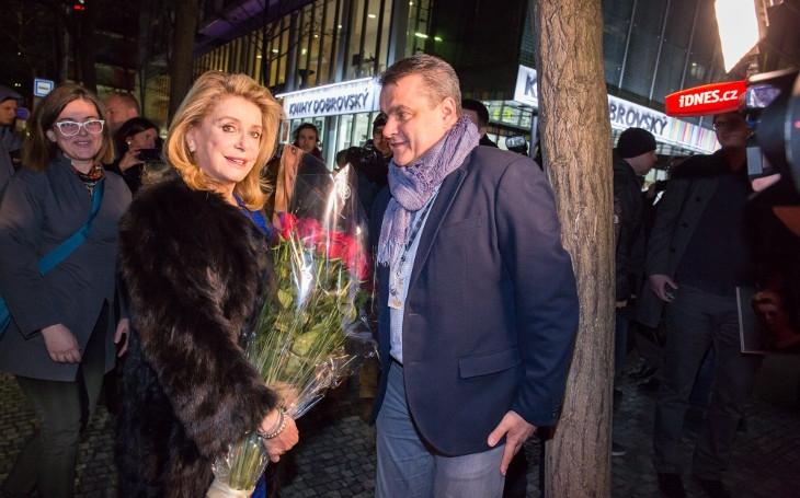 Slavná kráska v Praze. Proč se nikdo neptá na jejího syna? Tajnosti slavných