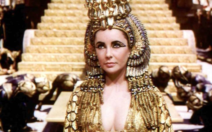 Při natáčení slavné Kleopatry se zamilovala a málem zemřela. Šílel z ní tehdy i papež. Tajnosti slavných