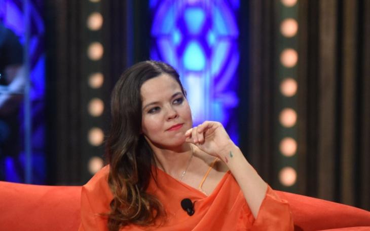 Lilia, sníž čeká dítě miliardář Janeček, se snaží tvářit vysmátě. Jenže její Karel je nejistá sezóna a…