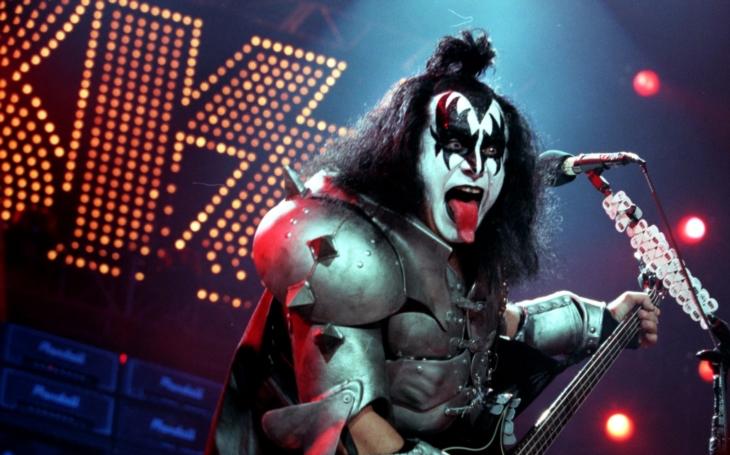 Je to honička, být vUSA jednička. Frontman Kiss kromě basy ovládá kytaru, piano, bicí a pět jazyků. Nejvíc ten svůj