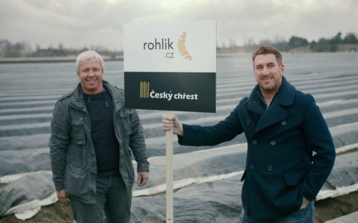 Rohlik.cz jako první online supermarket doručuje přímo z pole. Čerstvý chřest přiveze do domácnostírovnou po sklizení