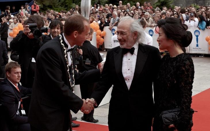 Politici se hádali, kdo bude hlídat Bartošku. A potkávat filmové hvězdy. Co se děje nekorektního za zády?