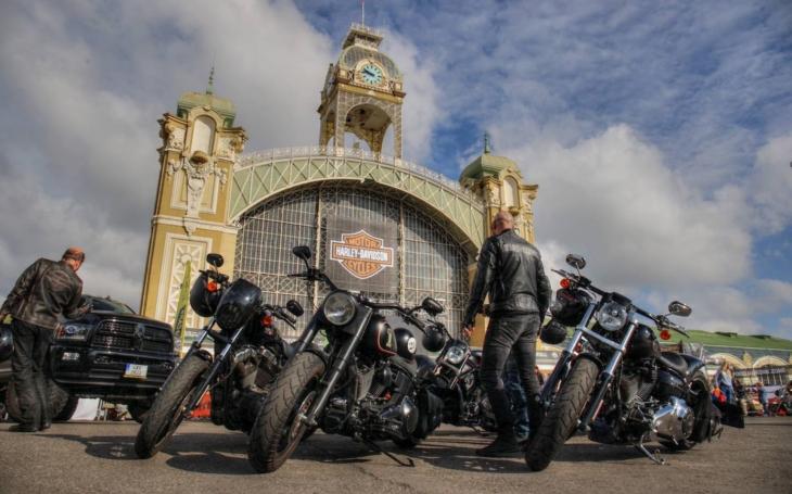 Prahou projede 60 000 motorkářů. Oslava 115. výročí Harley-Davidson zahájena