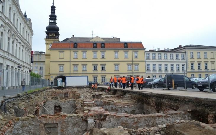 Archeologové odkrývají historii Ostravy přímo v jejím centru. Zatím našli lopatu, bicykl a keramiku