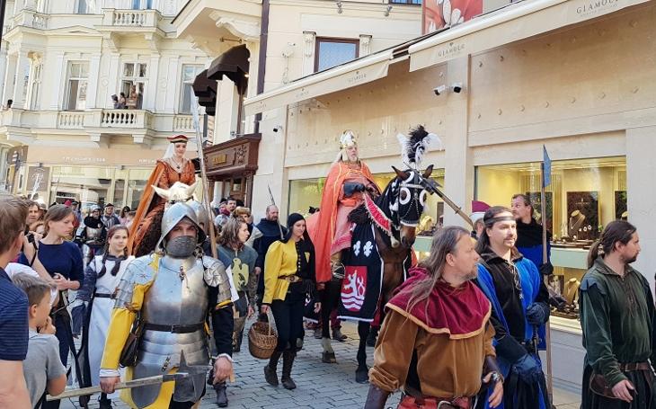 Minulost se na Karlovy Vary valila ze všech koutů. A když jí došel dech, vsadila na Marka Ebena