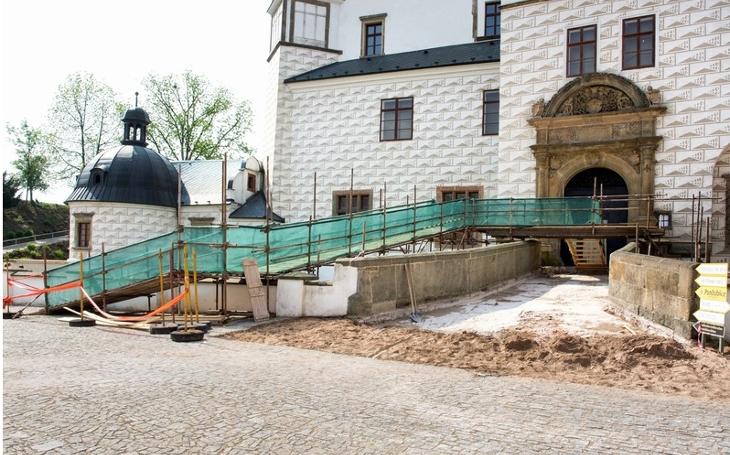 Pardubice nejsou Praha, tam se mosty řítit nebudou. Padá omítka a už se opravuje