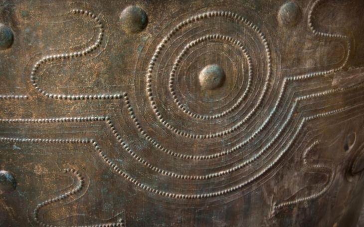 Vzácná bronzová nádoba nalezená u Kladiny má 'sestry', spustila mezinárodní spolupráci
