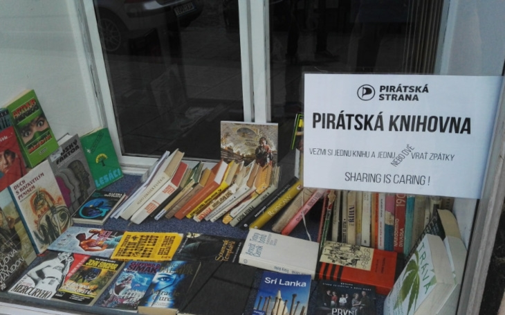 Považujeme všechny knihovny za pirátská centra... Plzeňští Piráti rozjeli projekt sdílené knihovny