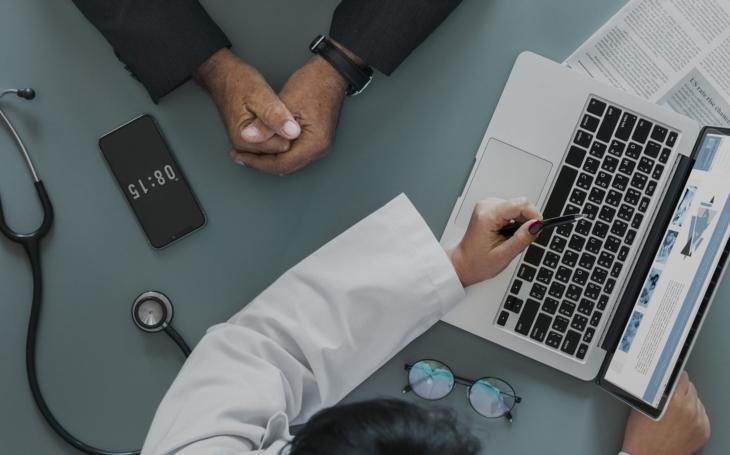 Více než tři čtvrtiny Čechů neví, jak lékař nakládá s jejich osobními údaji