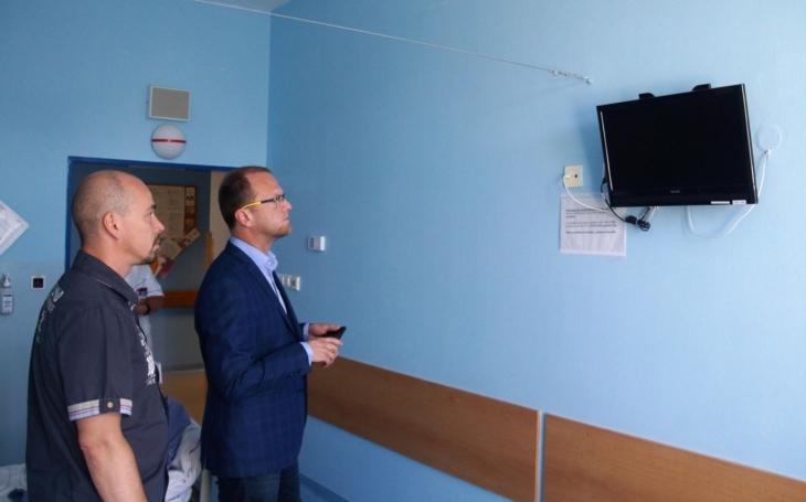 Platby za televize na pokojích ve všech krajských nemocnicích skončí; Pardubicko si oddechne