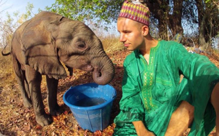 Ujel na kole a na kajaku skoro šest tisíc kilometrů, aby zachránil slony. A natočil o tom film