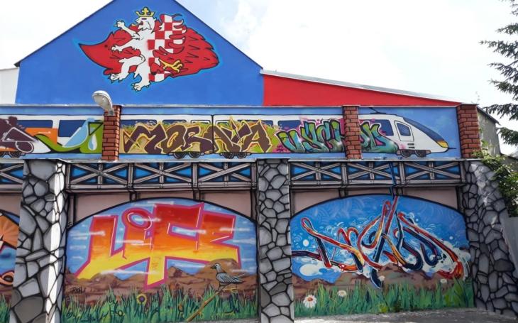 Na pozadí rudého jihlavského ježka se vzpíná český lev a zadek moravské orlice… Graffiti v Bezručově ulici je hotové