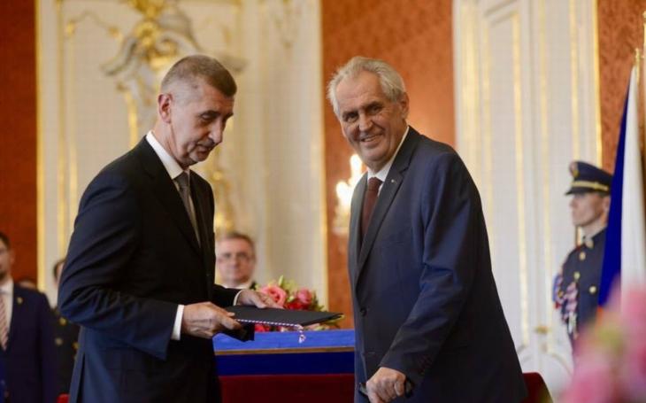 Zahraniční média si všímají, že český premiér, bývalý komunista, se spoléhá na podporu komunistů. Něco tady nehraje
