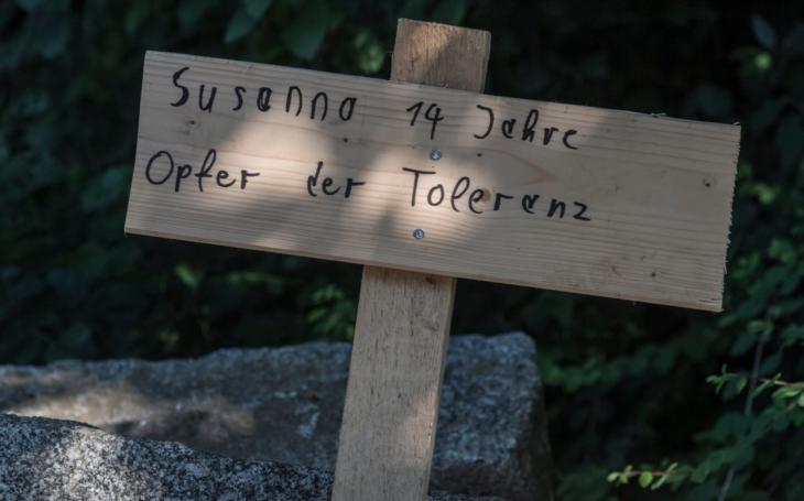Dřevěný kříž a nápis ´Zuzana, 14 let, oběť tolerance´. Německo je v šoku, Iráčan znásilňoval a vraždil