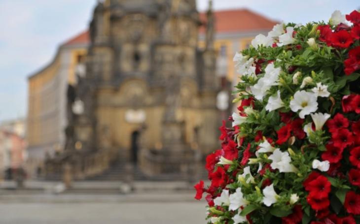 Olomoucké Horní náměstí rozkvetlo, květinové pyramidy připomínají 100. výročí Československa