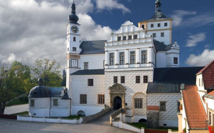 Investice do Zámku Pardubice ochrání vzácné malby a přesune společenské akce