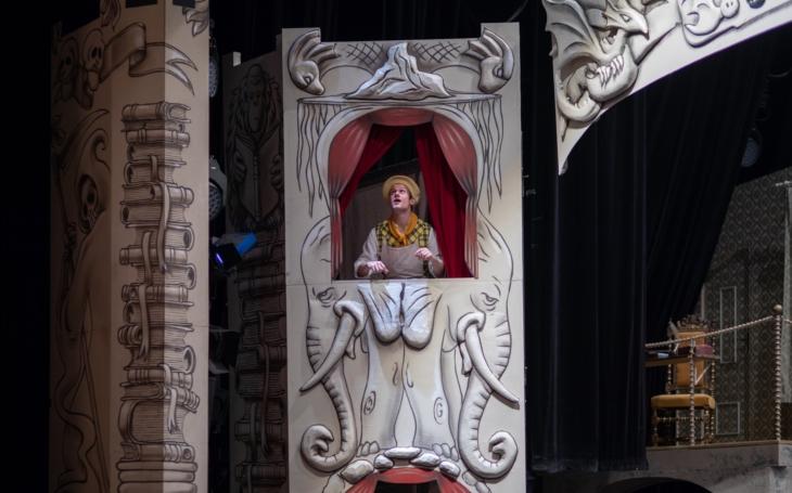 Pratchettova Úžasná Zeměplocha zářila na pražských jevištích, nyní humoristickou fantasy Maškarádu mají i v Ostravě