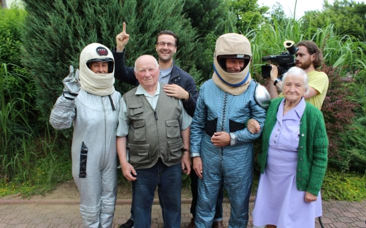 Nedovedete si představit, co to bylo za přesvědčování, abychom dostali první babičku na rotoped… O dojemném dokumentu Cesta na Měsíc
