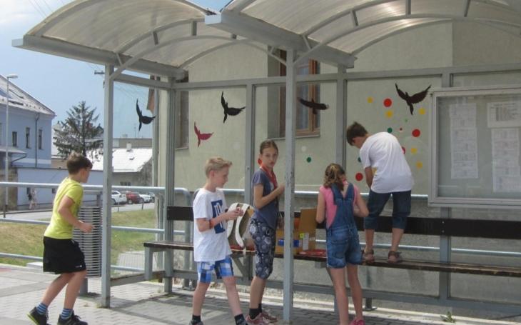 Děti ze základky ozdobily barevnými nálepkami zastávky, chrání tak ptáky, kteří narážejí do skla, zraňují se i umírají