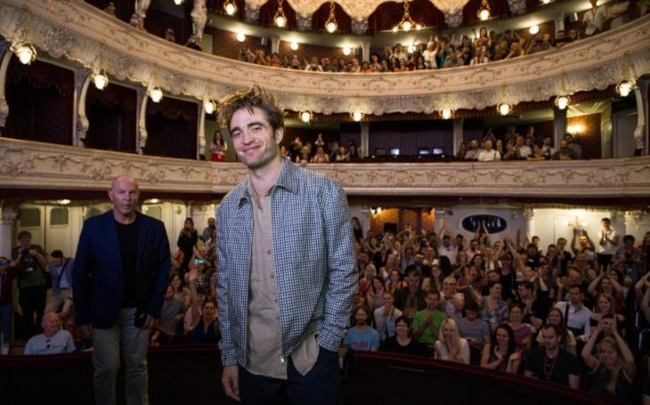 Z ideálu puberťaček se stává ideálem kritiků. Pattinson a jeho karlovarský spektákl. Ozvěny MMF