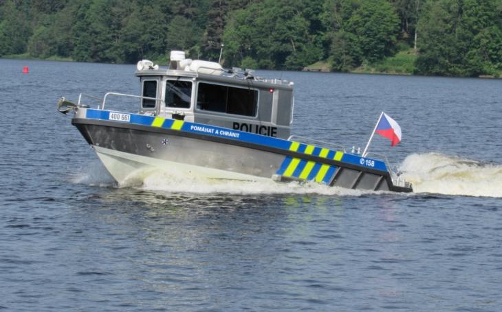 Vrací se opilí do kempu, otáčí popelnice, demolují značky, někdy se i porvou… Lipenským policistům začala sezóna na vodě