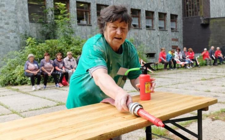 Když je táborníkům šedesát plus a loví poklad… Aktivní senioři z Liberecka jsou na letním táboře v Harrachově