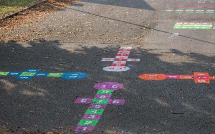 Prima možnost pro děti, jak si venku hrát a hýbat se, říká starosta. Znojmo se zapojilo do projektu Hry na chodník