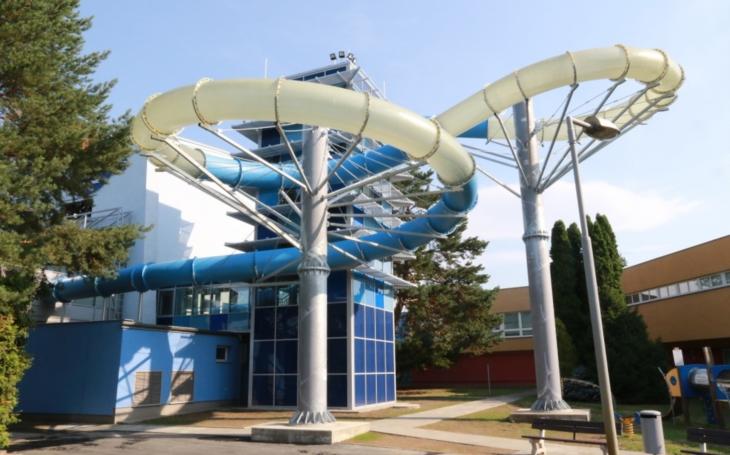 Devítimetrová věž s toboganem, dlouhá 77 metrů. Podívejte se na novou atrakci olomouckého plaveckého stadionu