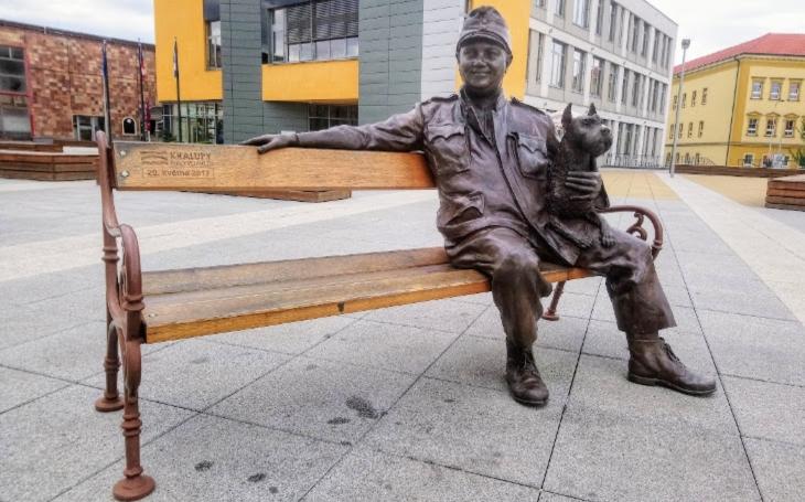 Po cestě s Antonínem Dvořákem, a pak kalupem do Kralup, přisednout si na lavičku ke Švejkovi. Český poutník
