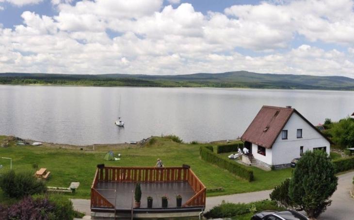 """Městečko, které v 50. letech skončilo pod hladinou jezera, se znovu vynoří... """"Zázrak"""" na Lipně"""