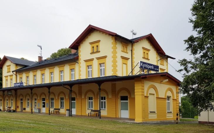 Září žlutě. Nádraží v Kynšperku nad Ohří má zbrusu nově opravenou výpravní budovu