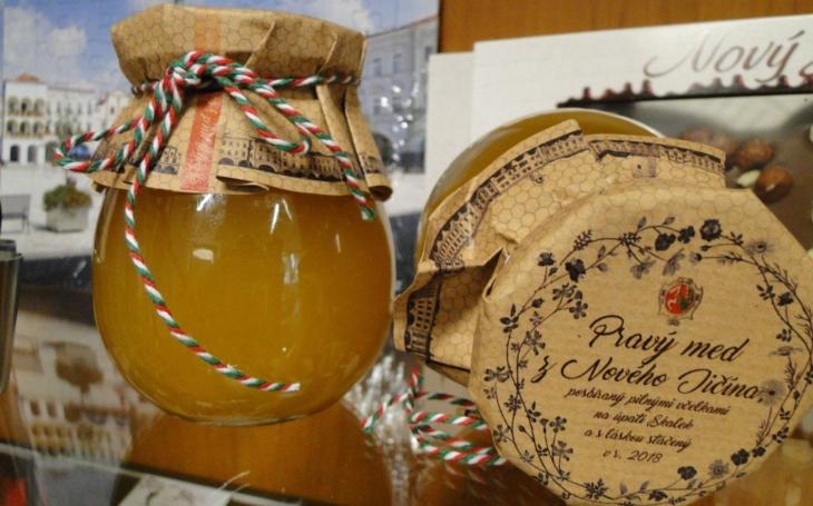 Sklenička o hmotnosti 300 gramů stojí pěkných 60 korun… Nový Jičín začal prodávat svůj med