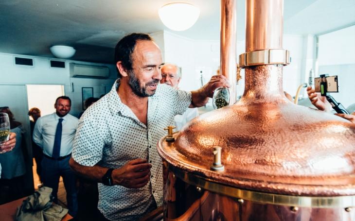 Bratři Formanové spolu s čestnými znalci plzeňského piva založili speciální várku piva na památku Miloše Formana