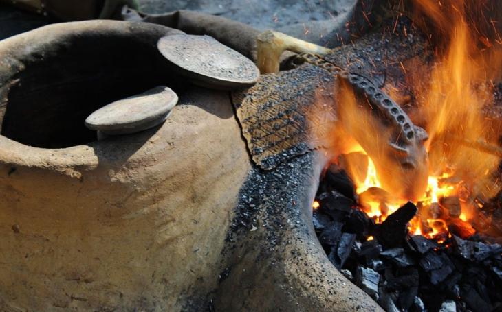 Nadšenci postavili na Sluňákově spolu s archeologem funkční repliky hliněných pecí