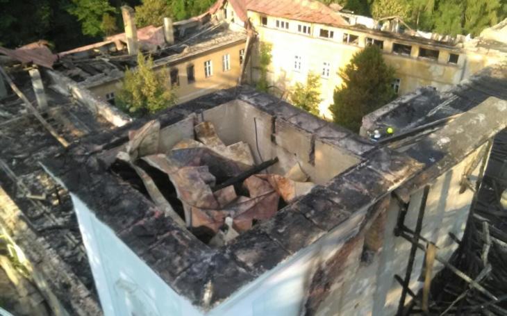 Člověk by plakal. Jsou v tahu střechy a část stropů. Požár krásného barokního zámku v Horním Maršově